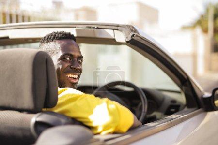 Photo pour Homme conduisant voiture dans la ville - image libre de droit