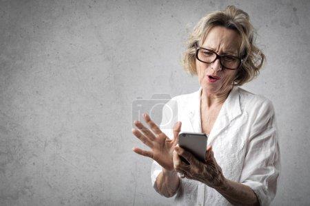 Photo pour Textos de femme avec le téléphone - image libre de droit