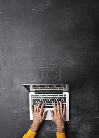 Photo pour Les mains de l'homme tapant sur ordinateur portable - image libre de droit