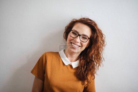 Photo pour Portrait souriant de jeune femme - image libre de droit