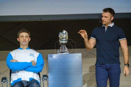 Photo pour Skolkovo, Russie - 16 avril 2019: Démonstration d'un nouveau robot humanoïde - clone parlant du président du conseil d'administration de la société Promobot - image libre de droit