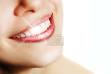 Photo pour Femme avec le sourire parfait et les dents blanches d'isolement sur le blanc - image libre de droit