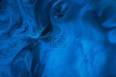 Photo pour Image de peinture bleue tourbillonne dans une boîte de peinture gallon - image libre de droit