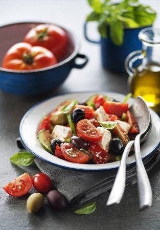 Photo pour Salade au fromage feta et légumes frais. Salade grecque . - image libre de droit