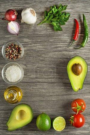 Zutaten für eine gesunde Mahlzeit mit Avocado- traditioneller Guacamole-Sauce