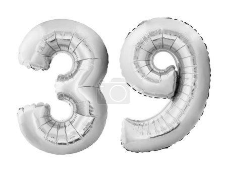 Photo pour Numéro 39 trente-neuf fait de ballons gonflables argentés isolés sur fond blanc. Ballons d'hélium argentés chromeformant 39 trente-neuf. Concept d'anniversaire - image libre de droit