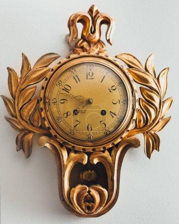 Photo pour Vieille horloge antique avec ornement doré - image libre de droit