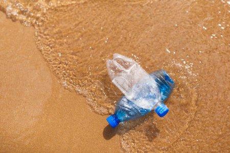 Photo pour Bouteilles en plastique gaspillées sur la plage - image libre de droit