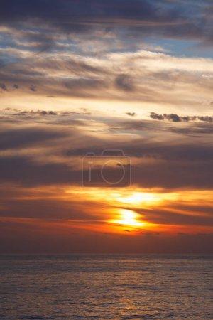 Photo pour Lever du soleil à océan paysage marin avec réflexion - image libre de droit