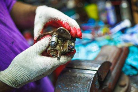 Photo pour Réparation du système d'étrier de frein à disque hydraulique ATV par les mains dans le vieux garage - image libre de droit