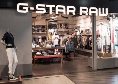 Photo pour AMSTERDAM, PAYS-BAS - 18 JUILLET 2018 : Entrée du magasin G-Star Raw dans les boutiques hors taxes de l'aéroport . - image libre de droit