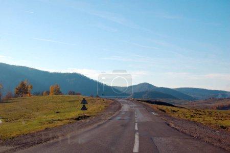 Photo pour Couleurs automnales en montagne le jour - image libre de droit