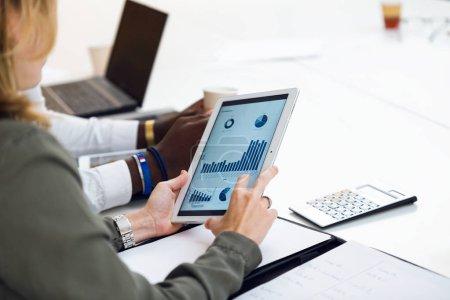 Photo pour Gros plan de deux hommes d'affaires jeunes intelligents travaillant avec tablette numérique sur le lieu de coworking. - image libre de droit