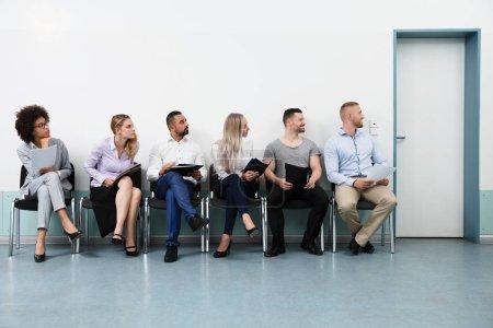 Photo pour Candidats assis sur la chaise attendant une entrevue - image libre de droit