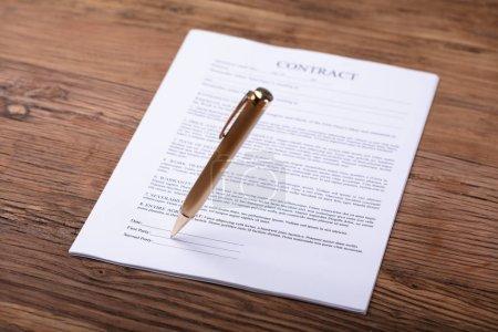Photo pour Gros plan du Pen, signature du contrat sur le bureau en bois - image libre de droit