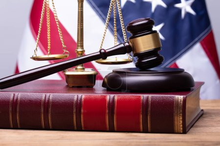 Photo pour Livre de droit avec Mallet et échelle de justice sur bureau en bois - image libre de droit