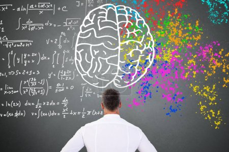Photo pour Diagramme de cerveau sur tableau noir avec le diagramme de gauche cerveau droit en regardant l'homme - image libre de droit