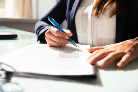 Photo pour Gros plan de la main d'une femme d'affaires remplir le formulaire de contrat - image libre de droit
