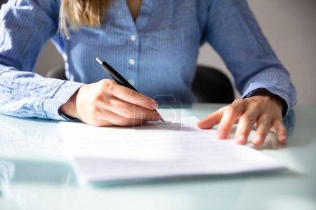 Photo pour Main de femme d'affaires signature de contrat avec un stylo sur le Bureau - image libre de droit