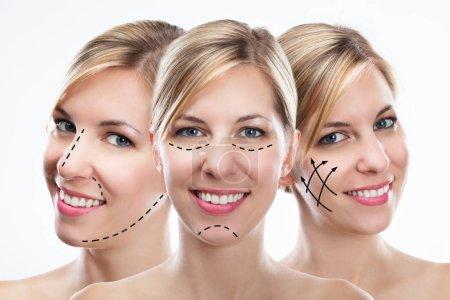 Photo pour Exposition multiple de jeune femme heureuse avec des lignes de correction sur son visage - image libre de droit