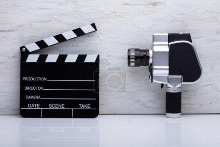 Photo pour Gros plan d'une caméra de cinéma et d'un clapet Conseil sur place - image libre de droit