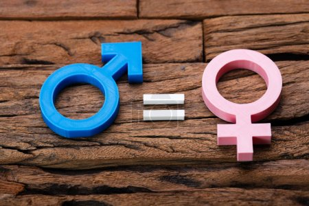 Photo pour Photo du concept d'égalité des sexes sur fond en bois - image libre de droit