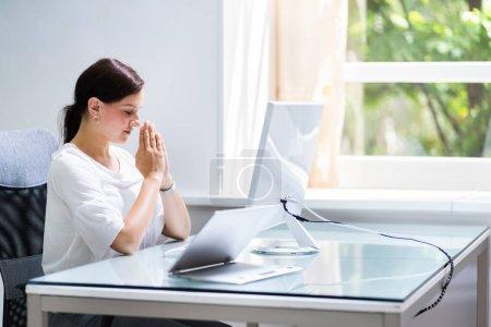 Photo pour Femme d'affaires perplexe douteuse à l'ordinateur réfléchissant et confus - image libre de droit
