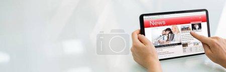 Photo pour Lire l'article de journal sur tablette numérique. Nouvelles de lecture - image libre de droit