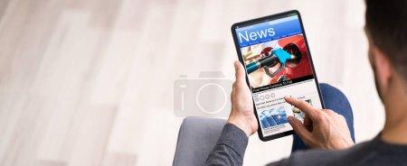 Photo pour Lire l'article de journal en ligne sur tablette numérique - image libre de droit