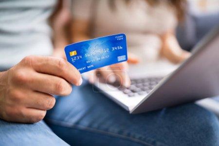 Couple Shopping Online. Frau kauft im Internet-Einzelhandel