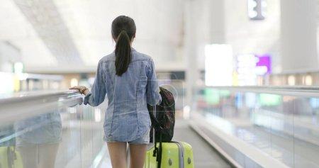 Photo pour Asiatique femme aller Voyage dans l aéroport - image libre de droit