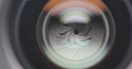 Photo pour Réglage de l'ouverture sur l'objectif de la caméra - image libre de droit