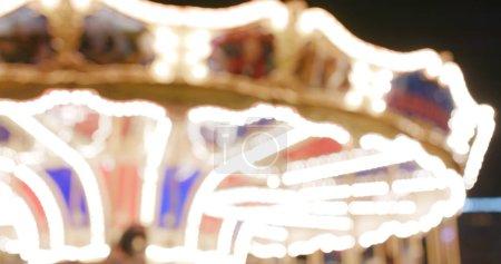 Foto de Desenfoque la vista de carrusel en el parque de atracciones en la noche - Imagen libre de derechos