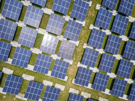 Photo pour Vue du dessus de la centrale solaire - image libre de droit
