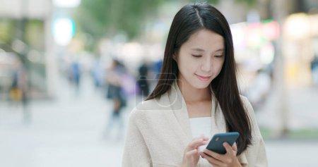 Photo pour Femme à l'aide de téléphone mobile en ville - image libre de droit