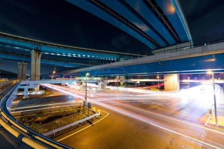 Photo pour Rail de circulation sous l'autoroute la nuit - image libre de droit