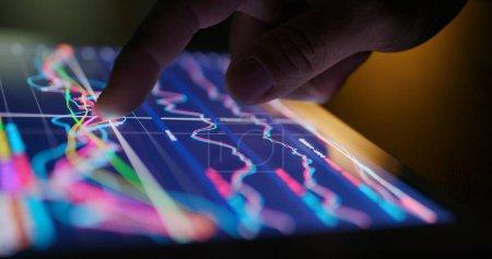 Photo pour Tablette numérique montrant le diagramme du marché boursier - image libre de droit
