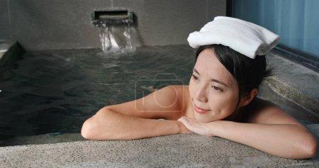 Photo pour Femme asiatique profiter onsen - image libre de droit