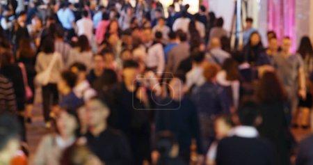 Photo pour Flou de bondé de gens marchent dans la rue - image libre de droit