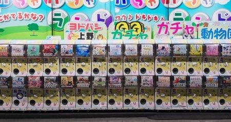 Photo pour Tokyo, Japon 24 juin 2019 : Distributeur automatique Gashapon à Tokyo - image libre de droit