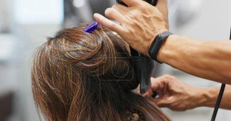 Photo pour Coiffeur cheveux secs dans le salon de coiffure - image libre de droit