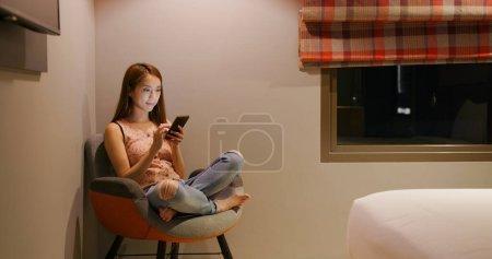Photo pour Femme utilisation du téléphone intelligent la nuit - image libre de droit