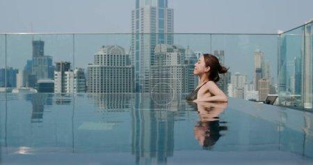 Photo pour Femme dans la piscine - image libre de droit