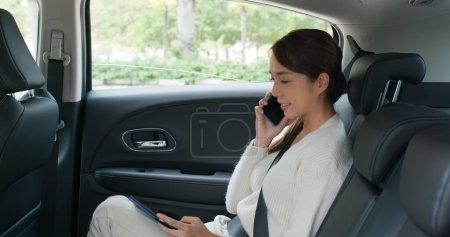 Photo pour Femme parler au téléphone portable sur la voiture - image libre de droit