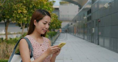Photo pour Femme utilisation de téléphone mobile à l'extérieur - image libre de droit