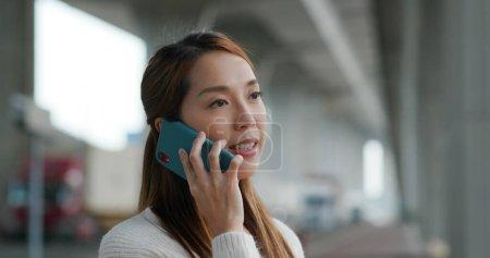 Photo pour Asiatique femme appel sur téléphone portable - image libre de droit