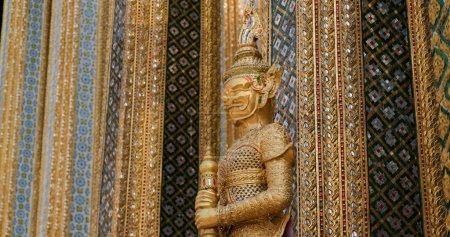 Photo pour Bangkok, Thaïlande, 08 avril 2020 : Statue au Grand Palais - image libre de droit