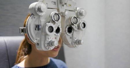 Photo pour Femme vérifier son oeil à la clinique - image libre de droit