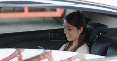 Photo pour Femme utiliser un téléphone portable dans la voiture - image libre de droit