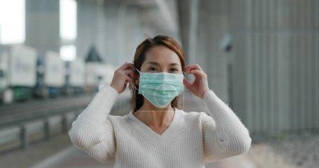 Photo pour Femme porter un masque médical à l'extérieur - image libre de droit